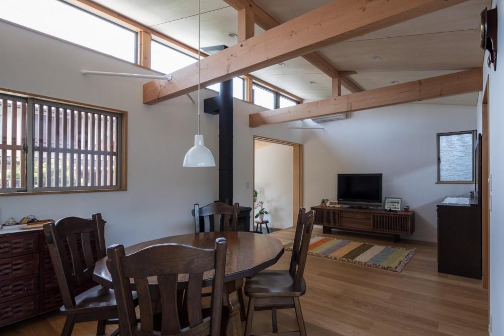 伊勢田の家/夫婦2人のためのコンパクトな平屋の住まい (リビング・ダイニング/道路側に設けた高窓から明るい光が差し込みます。)