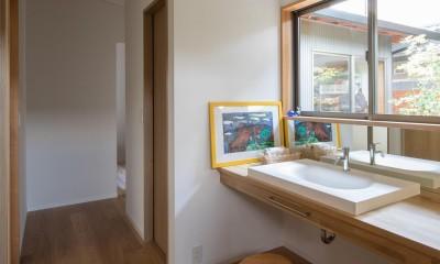 伊勢田の家/夫婦2人のためのコンパクトな平屋の住まい (洗面所/中庭に面した明るく開放的な洗面所)