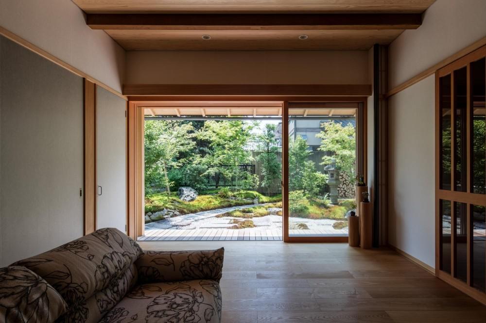 嵯峨の家2/リビングと庭のリノベーション (リビング/リビングとその窓から見える庭のリノベーション)
