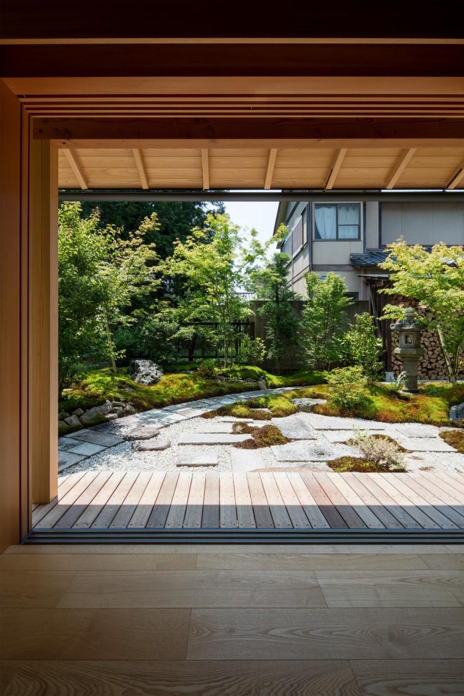 嵯峨の家2/リビングと庭のリノベーション (リビング/フルオープンにすることが可能な木製のガラス戸)