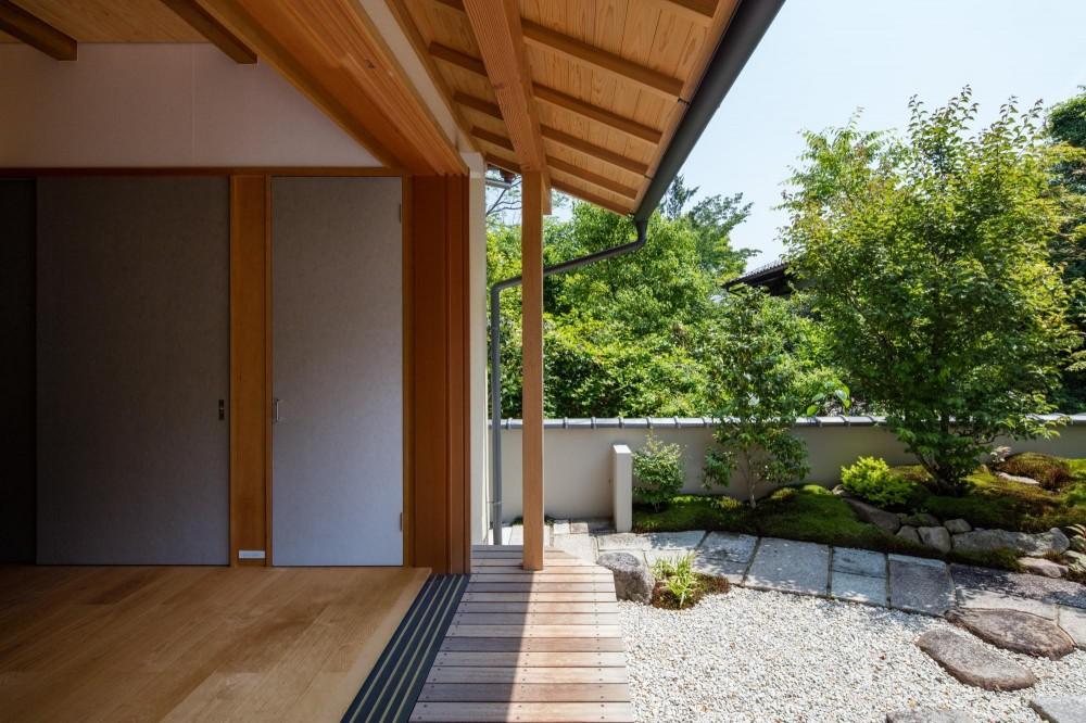 嵯峨の家2/リビングと庭のリノベーション (リビング/新たに設けた縁側を介して庭とつながります)