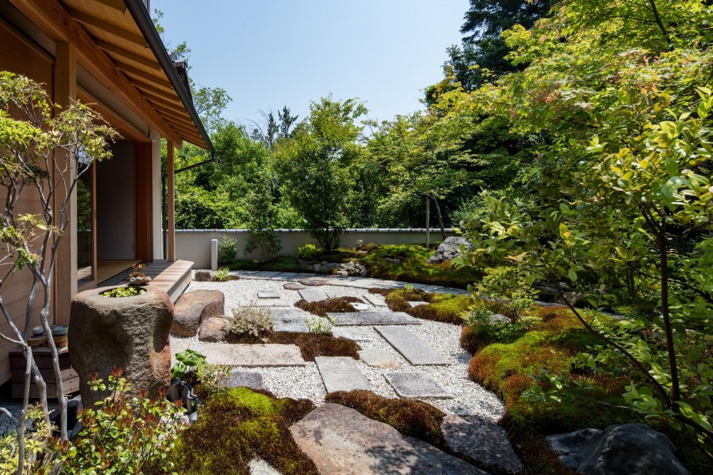 嵯峨の家2/リビングと庭のリノベーション (庭の全景/日々の手入れを考慮して景石、敷石、砂利を中心につくられた和風の庭)