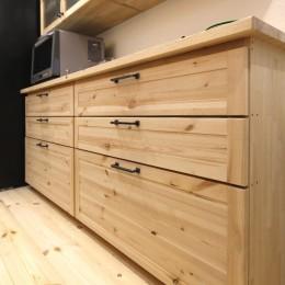 豊中 2Fがリビング・ダイニングの家 (米のり集成材の造作キッチンの食器用キャビネット)