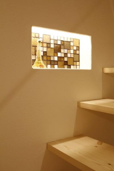 階段途中の照明付きのニッチ (豊中 2Fがリビング・ダイニングの家)