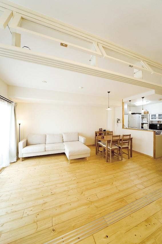 大阪府Tさん邸:DIYで古い家具が似合うナチュラル空間に (明かり窓)