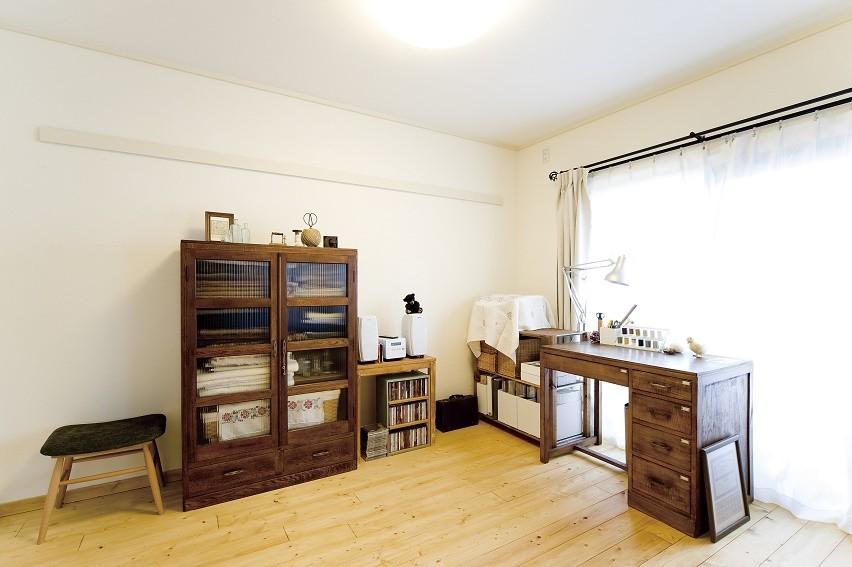 大阪府Tさん邸:DIYで古い家具が似合うナチュラル空間に (アトリエコーナー)