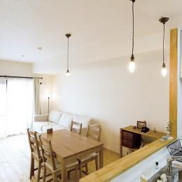 大阪府Tさん邸:DIYで古い家具が似合うナチュラル空間に (LDK)