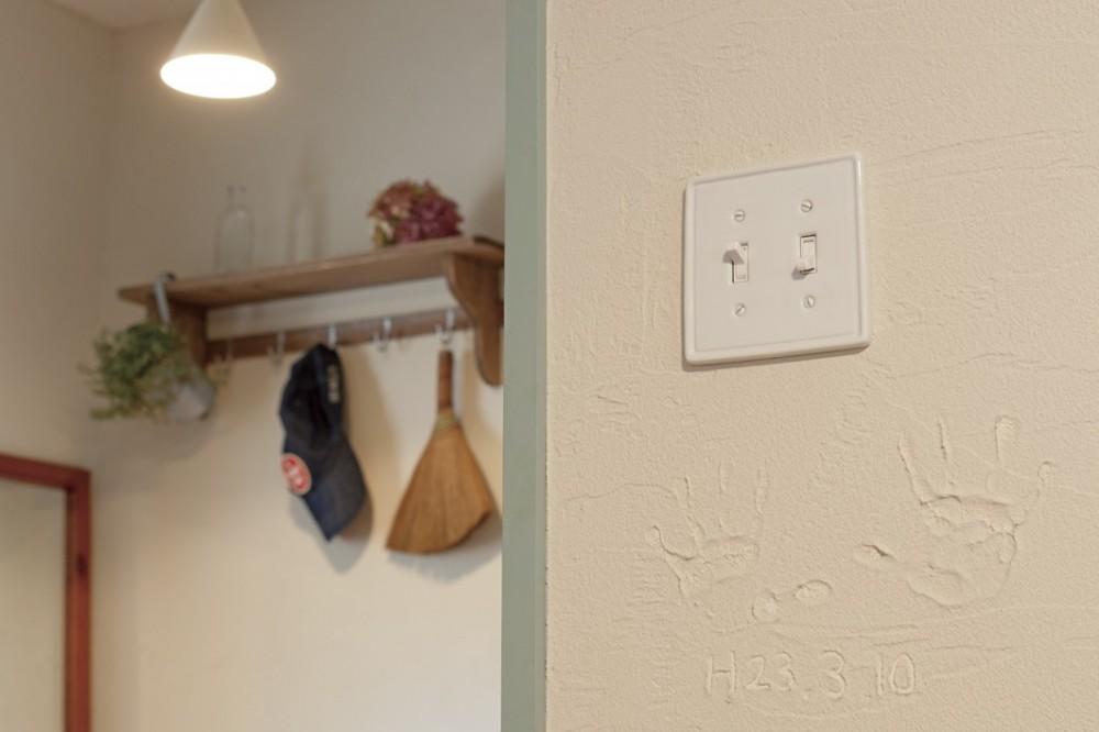大阪府Iさん邸:実家の一部を増改築し、デザインにこだわった子世帯の住まいへ (DIYで仕上げた珪藻土の壁)