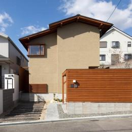 日吉台の家/大きな屋根の下にスキップフロアで各部屋が繋がる大らかな住まい (外観/開口部を絞った静かな外観)