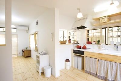 憧れの白いタイルのキッチン (大阪府Mさん邸:「好きな雰囲気の家に住みたい」)