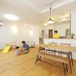 大阪府Tさん邸:子どもを見守る家事ラク設計の優しい空間に (開放的なLDK)