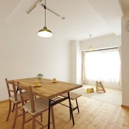 大阪府Tさん邸:子どもを見守る家事ラク設計の優しい空間に (リビングの一角に畳スペース)