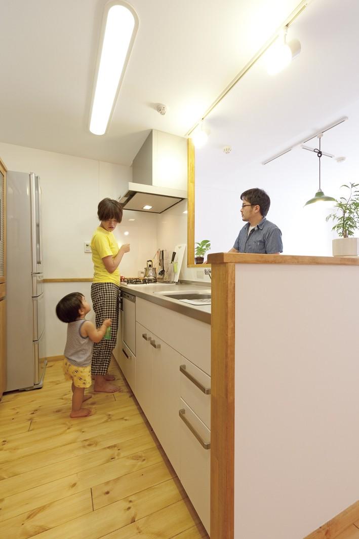 大阪府Tさん邸:子どもを見守る家事ラク設計の優しい空間に (キッチン)