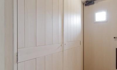 大阪府Sさん邸:愛犬の居場所を確保したひろびろ空間 (玄関収納)