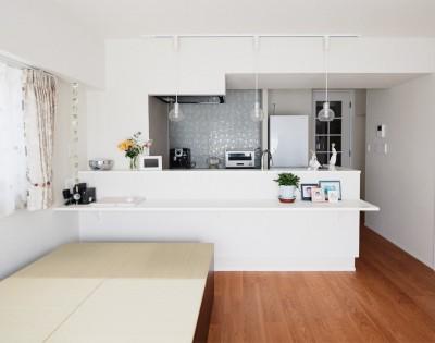 リビングに小上がりスペースを作りたい。 (シンプル、爽やか、愛らしく。部屋ごとにクロスで遊べるのはリノベーションならでは。)