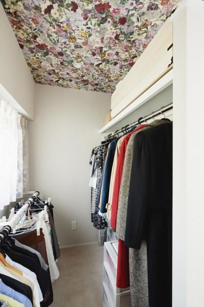 天井に華やかな花柄のクロスを (シンプル、爽やか、愛らしく。部屋ごとにクロスで遊べるのはリノベーションならでは。)