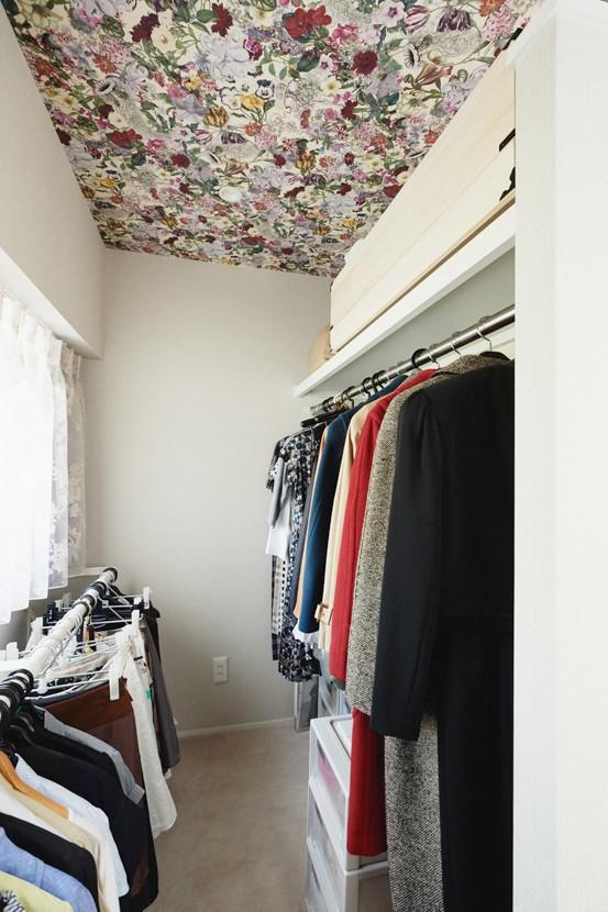 シンプル、爽やか、愛らしく。部屋ごとにクロスで遊べるのはリノベーションならでは。 (天井に華やかな花柄のクロスを)