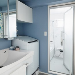 シンプル、爽やか、愛らしく。部屋ごとにクロスで遊べるのはリノベーションならでは。 (ブルー系で清潔感のある洗面室)
