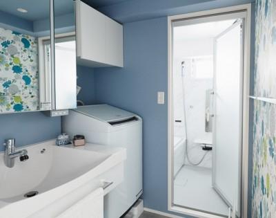 ブルー系で清潔感のある洗面室 (シンプル、爽やか、愛らしく。部屋ごとにクロスで遊べるのはリノベーションならでは。)