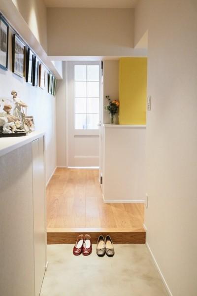 玄関は広く (シンプル、爽やか、愛らしく。部屋ごとにクロスで遊べるのはリノベーションならでは。)