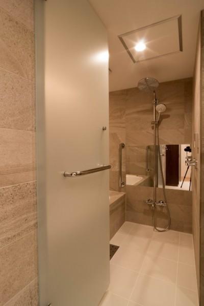 浴室 (高級マンションのリノベーション〜高台のフレンチシックな家)