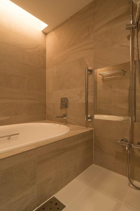 高級マンションのリノベーション〜高台のフレンチシックな家 (浴室)