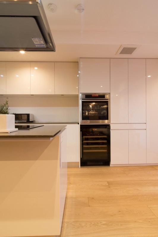 高級マンションのリノベーション〜高台のフレンチシックな家 (キッチン)