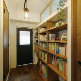 生まれ変わった団地の実家 (既存の欄間を生かした廊下と本棚スペース)