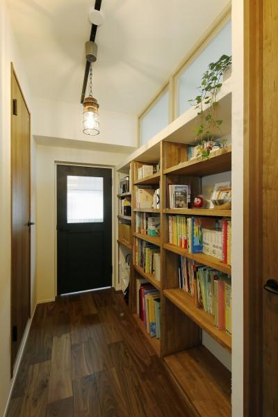 既存の欄間を生かした廊下と本棚スペース (生まれ変わった団地の実家)