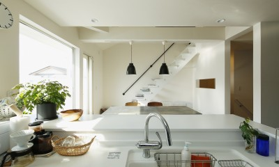 新しい二世帯住宅のかたち (吹き抜けのアクセント階段)