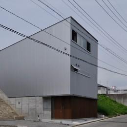RCと木の混構造によるローコスト・ガレージハウス (外観)