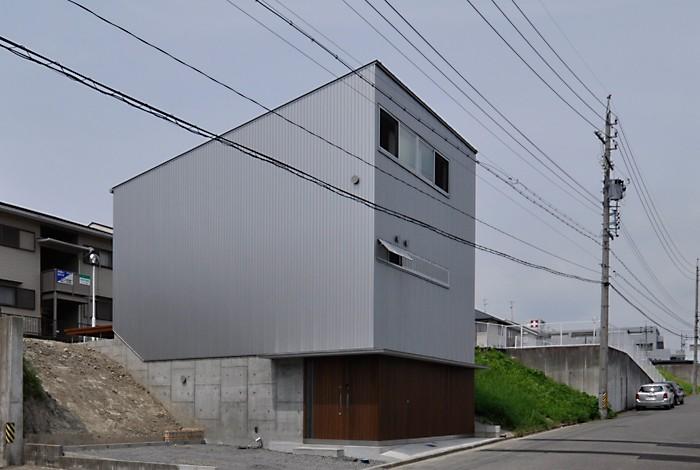 外観 (RCと木の混構造によるローコスト・ガレージハウス)