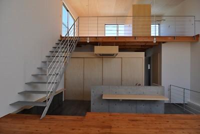 RCと木の混構造によるローコスト・ガレージハウス (ダイニングキッチン)
