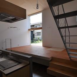 キッチンからリビング (RCと木の混構造によるローコスト・ガレージハウス)
