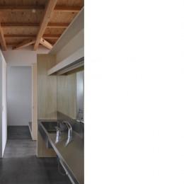 RCと木の混構造によるローコスト・ガレージハウス (洗面所)