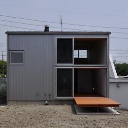 RCと木の混構造によるローコスト・ガレージハウス (庭から南外観を見る)