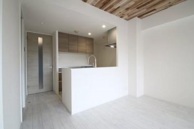 キッチン (ホワイトのバランスが綺麗でウッド調クロスが引き立つ)