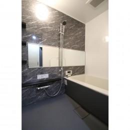 ホワイトのバランスが綺麗でウッド調クロスが引き立つ (浴室)