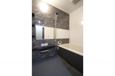 浴室 (ホワイトのバランスが綺麗でウッド調クロスが引き立つ)