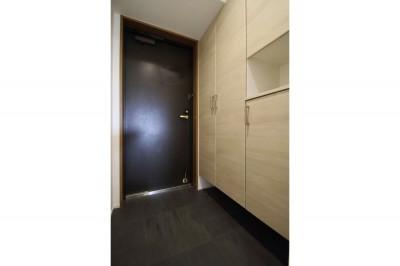 玄関 (ホワイトのバランスが綺麗でウッド調クロスが引き立つ)