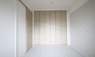 居室|ホワイトのバランスが綺麗でウッド調クロスが引き立つ