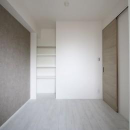 ホワイトのバランスが綺麗でウッド調クロスが引き立つ (居室)