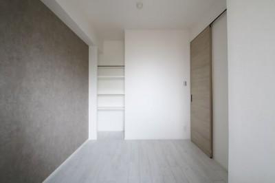 居室 (ホワイトのバランスが綺麗でウッド調クロスが引き立つ)