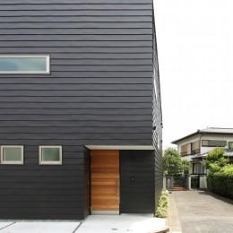 府中の家2~大きなルーフバルコニーのある開放的な家 (黒い外壁の外観)