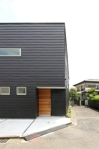 黒い外壁の外観 (府中の家2~大きなルーフバルコニーのある開放的な家)