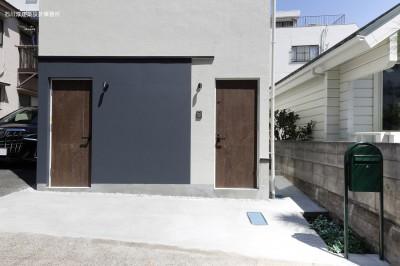 エントランス (谷根千ペンシルハウス  東京の谷根千地区で完成した木造3階建ての住宅)