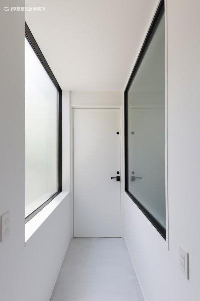 玄関ホール (谷根千ペンシルハウス  東京の谷根千地区で完成した木造3階建ての住宅)