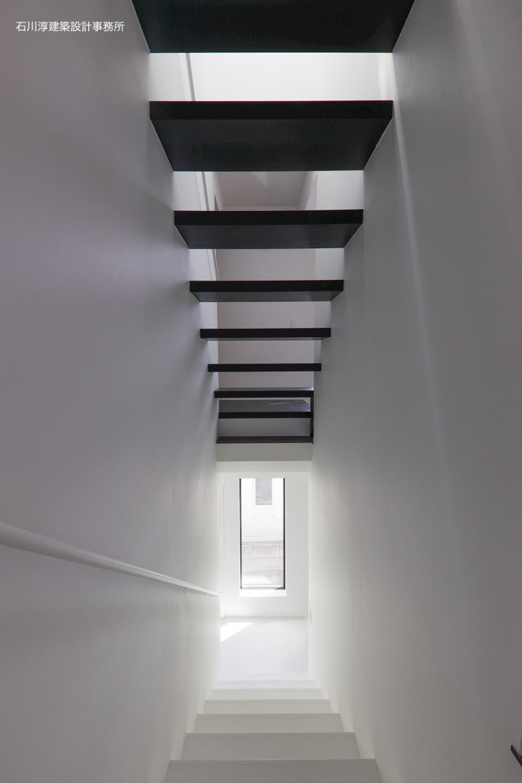 谷根千ペンシルハウス  東京の谷根千地区で完成した木造3階建ての住宅 (階段)