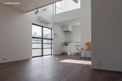 リビングダイニング (谷根千ペンシルハウス  東京の谷根千地区で完成した木造3階建ての住宅)