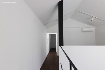 廊下 (谷根千ペンシルハウス  東京の谷根千地区で完成した木造3階建ての住宅)